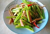 鱼饼炒芹菜的做法