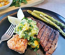 脆皮三文鱼配牛油果酱的做法