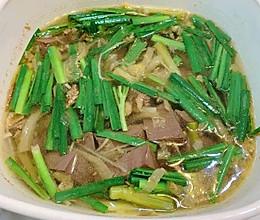 酸菜鸭血汤的做法