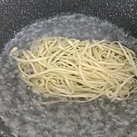#快手又营养,我家的冬日必备菜品#快手炒面条的做法图解2