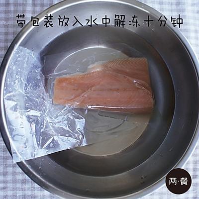 三文鱼什锦炒饭【两餐原创】的做法 步骤4