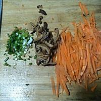 胡萝卜炒面的做法图解1