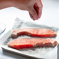 盐味煎三文鱼-禁欲系日式料理,巧用盐烹煮食物的做法图解2