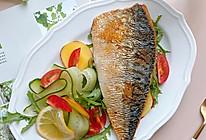 #烤究美味 灵魂就酱#盐烤青花鱼配蔬菜沙拉 减脂轻食餐的做法