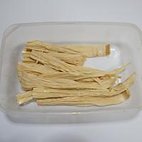 风味腐竹烩芹菜的做法图解1