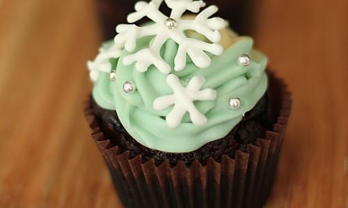 温馨圣诞 - 雪花巧克力纸杯蛋糕的做法