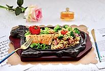 #餐桌上的春日限定#香煎三文鱼&炒意面的做法
