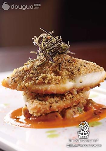 香煎海鲈鱼柳伴嫩茄配番茄汁的做法