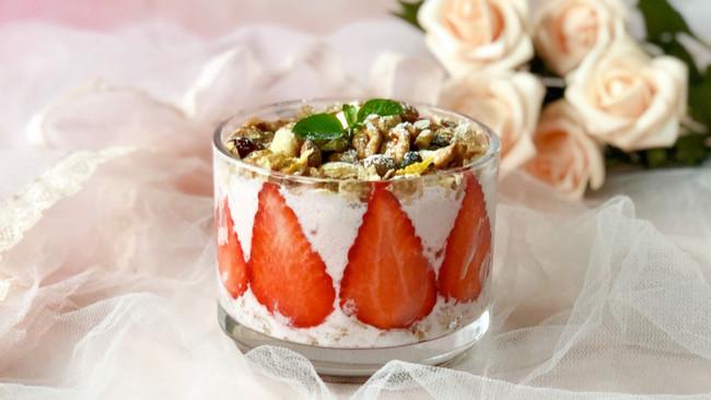 草莓果昔坚果酸奶杯#爽口凉菜,开胃一夏!#的做法