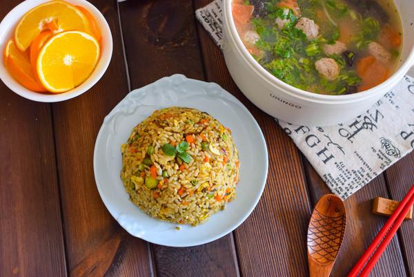 50岁阿姨午饭一人食五色炒饭丸子汤的做法