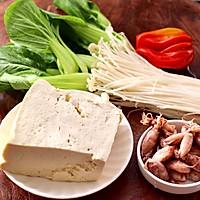 #憋在家里吃什么#金针菇豆腐鱿鱼煲的做法图解1