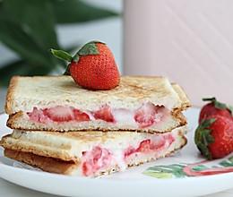 #一道菜表白豆果美食# 网红美食,草莓爆浆三明治的做法