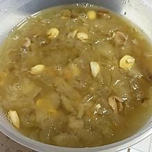 冰糖雪梨银耳莲子百合桂圆汤