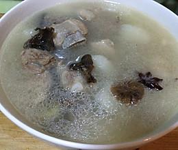 东北蘑菇炖的山药排骨汤的做法