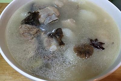 东北蘑菇炖的山药排骨汤