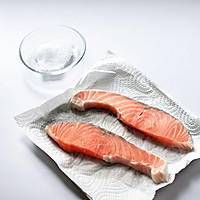 盐味煎三文鱼-禁欲系日式料理,巧用盐烹煮食物的做法图解1