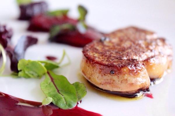 煎法国鹅肝/鸭肝 配 红酒煨雪梨+桑葚汁