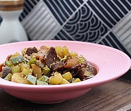 #憋在家里吃什么# 萝卜炖牛杂的做法