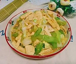 这么吃想胖都难:芹菜腐竹大白菜的做法