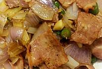 黑胡椒洋葱炒培根的做法
