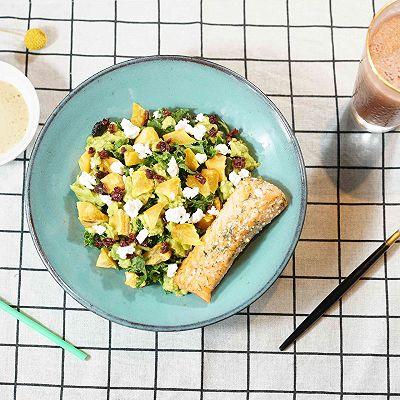 煎三文鱼牛油果沙拉配小黄瓜果蔬汁