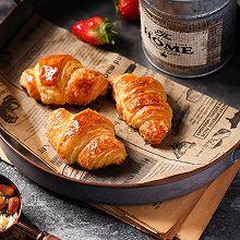 手工开酥做层层酥脆的可颂牛角包