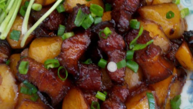 红烧肉烧土豆的做法