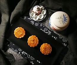 """广式莲蓉&豆沙蛋黄月饼#享""""美""""味#的做法"""