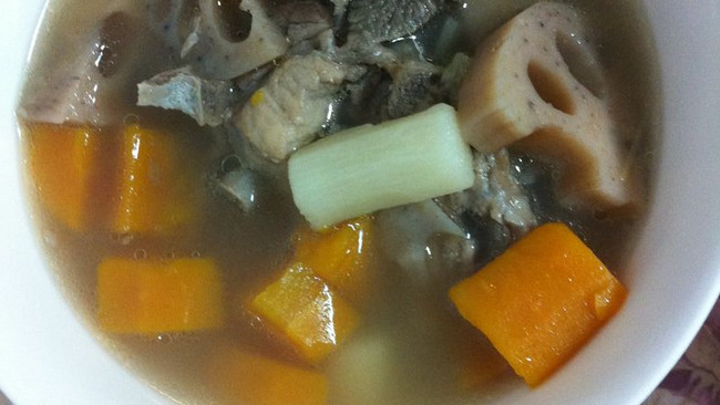 山药莲藕胡萝卜排骨汤的做法