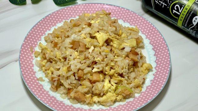 玉米肠酱油炒饭的做法