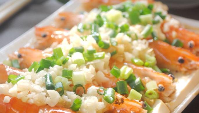 鲜香十足的蒜蓉蒸虾