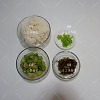 雪菜蚕豆炒饭的做法图解1