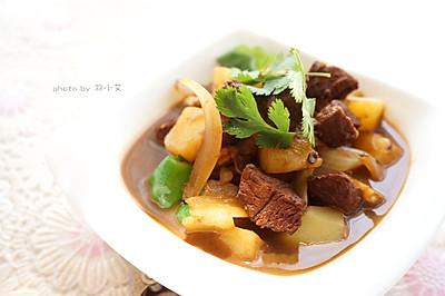 红烧牛肉炖配洋葱土豆