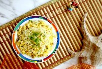 #太太乐鲜鸡汁玩转健康快手菜# 葱香蛋炒方便面的做法