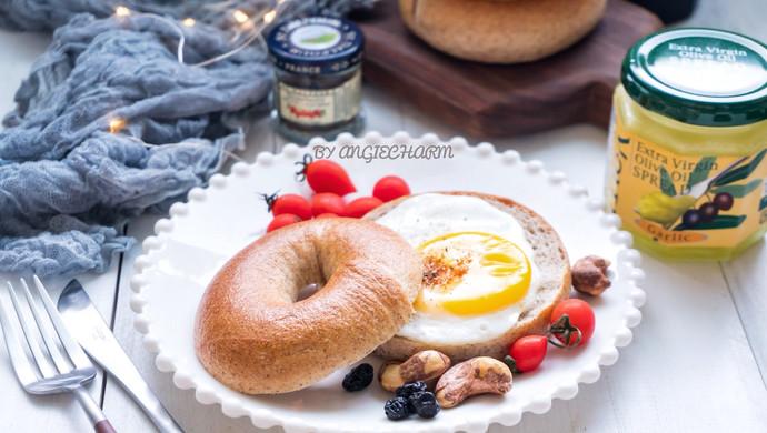 #硬核菜谱制作人#低卡黑麦豆乳贝果&萌物小太阳煎蛋