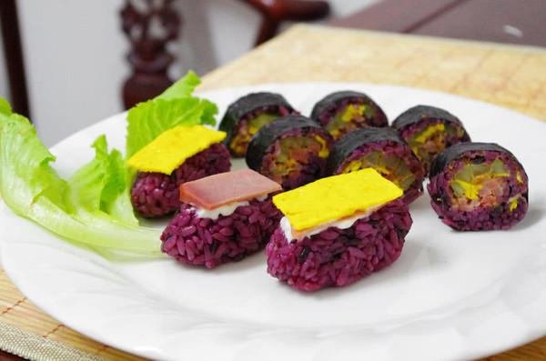 旋转百滋味,一口不过瘾------一独家梦幻紫寿司的做法