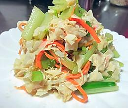 #餐桌上的春日限定#香芹拌豆腐皮的做法