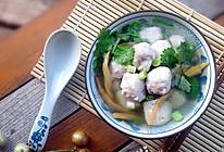 一碗鲜美手打--黄花菜鱼丸汤的做法