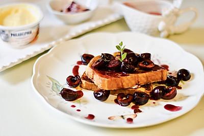 樱桃法国吐司的早餐