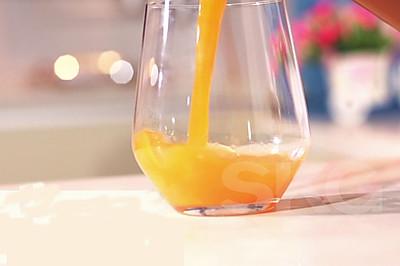 简单三步制作菠萝胡萝卜汁 SKG原汁机食谱