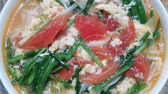 西红柿鸡蛋韭菜面的做法