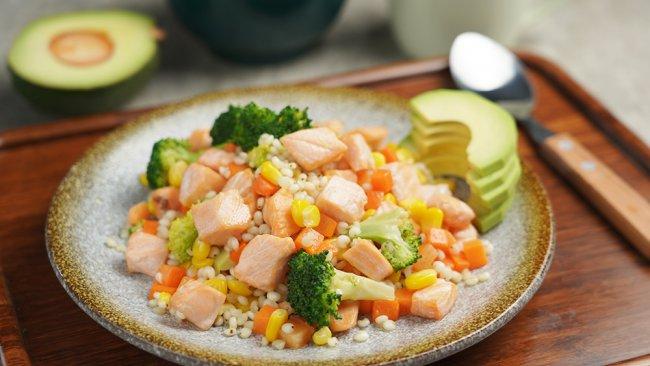 教你一道快手又营养的减脂炒饭——三文鱼薏米炒饭的做法