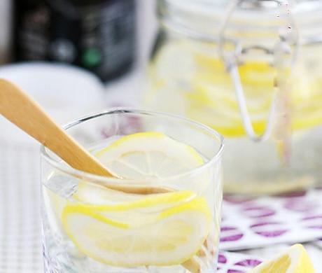 美白瘦身——柠檬蜂蜜水