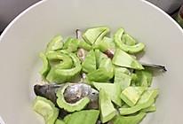 三文鱼头焖苦瓜的做法