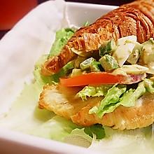 青酱鸡蛋沙拉羊角三明治