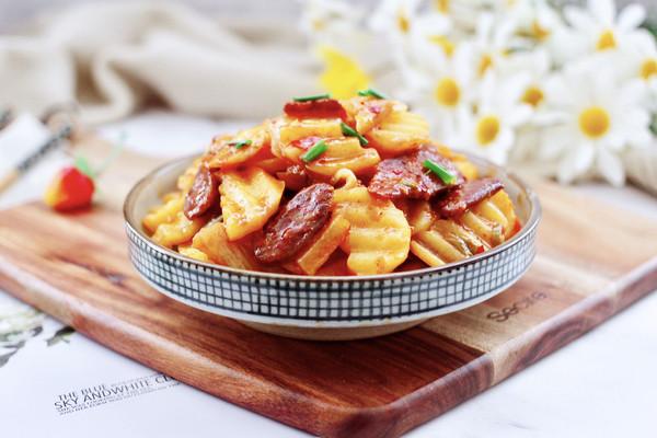 辣白菜土豆腊肠小炒的做法