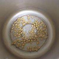 小米黄豆粥的做法图解1