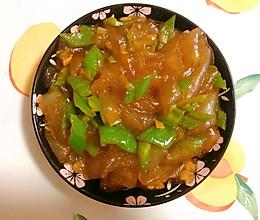 尖椒炒东北水晶大拉皮,三分钟出锅的快手菜,谁吃谁香。的做法
