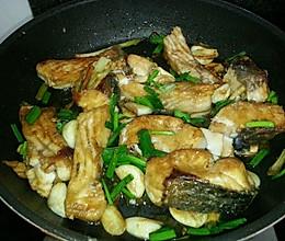 蒜香焖鱼的做法