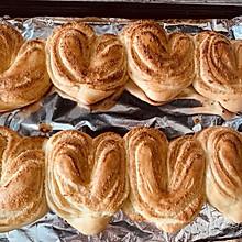 #换着花样吃早餐#不同面包机不用揉手膜就可以做心形椰蓉面包